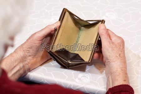 empty wallet in hands seniors 2