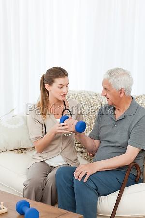 adoravel enfermeira ajudando seu paciente a