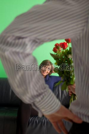 mann schenkt einer frau rosen