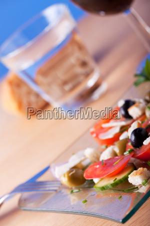 frischer salat auf einem glasteller