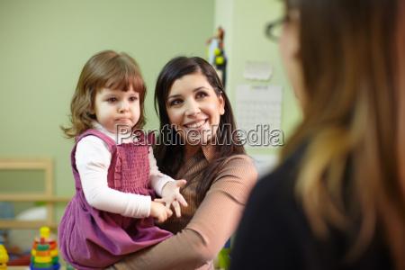 educador e matriz com a menina