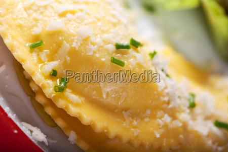 nahaufnahme von frischen ravioli mit parmesan