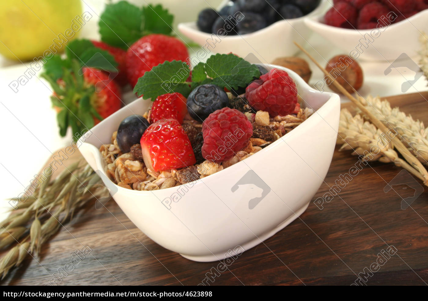 muesli, with, fresh, fruit, and, nuts - 4623898