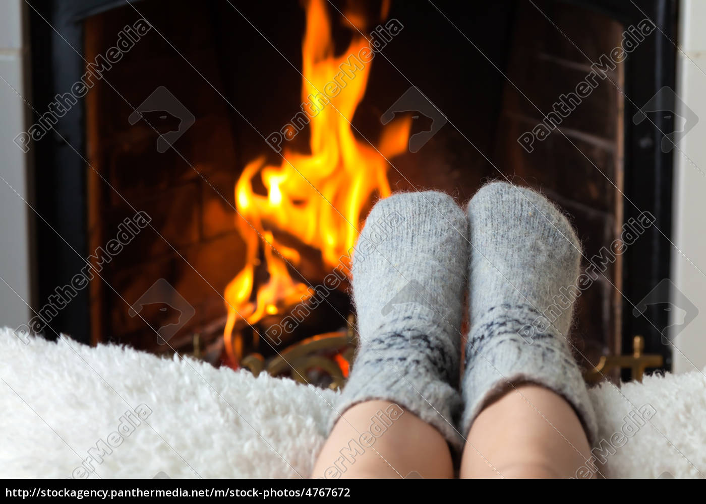 children's, feet, are, heated, in, the - 4767672
