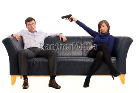 ehepaar auf einer couch mit einer