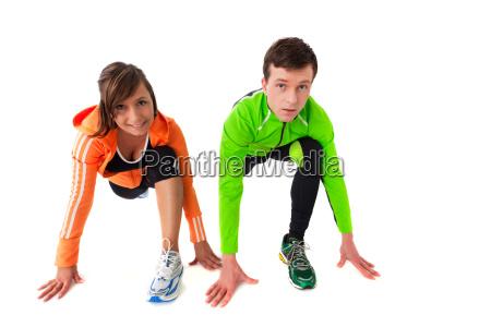 sportliche junge paar stretching