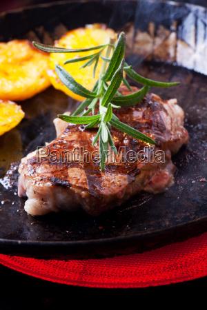 rosmarinzweig auf ein steak in der