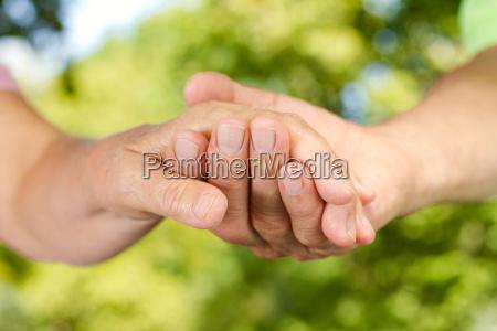 primer de las manos que sostienen