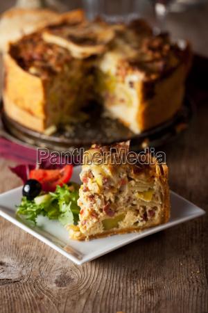 stueck quiche lorraine mit salat und