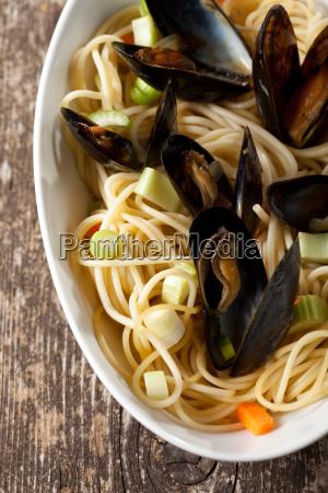 gekochte muscheln und spaghetti mit weinsauce
