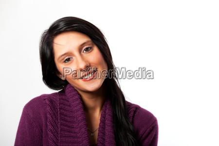 laechelnde frau in einem lila pullover