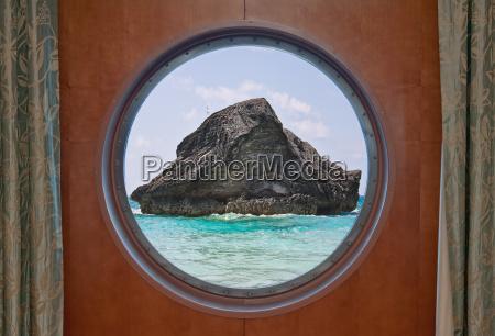 rock i ocean gennem porthole
