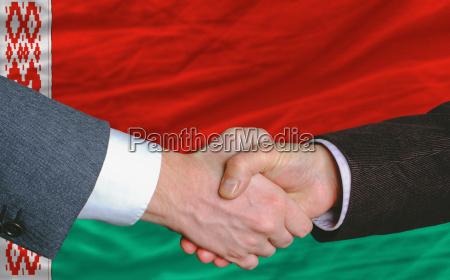 geschaeftsmaenner handshakeafter gutes abkommen vor weissrussland