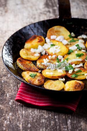 bratkartoffeln in einer eisenpfanne
