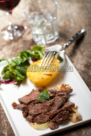 steak in scheiben auf einem teller