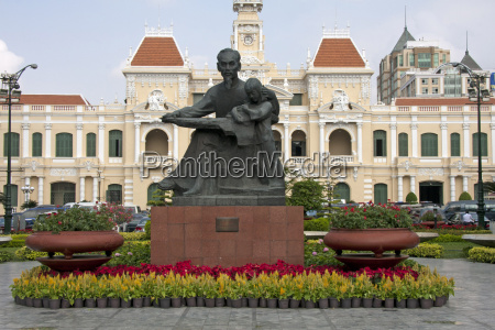 statue of ho chi minh and