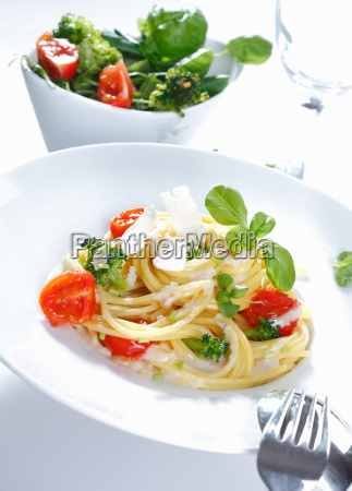 ein teller spaghetti broccoli