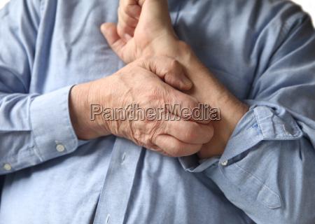 uomo daffari con un braccio pruriginoso