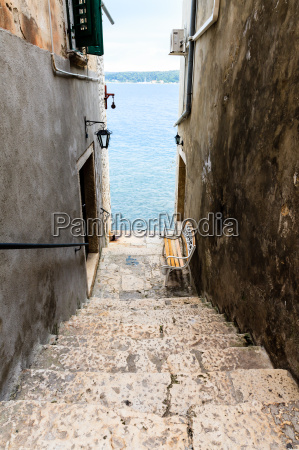 narrow stairway to sea in rovinj