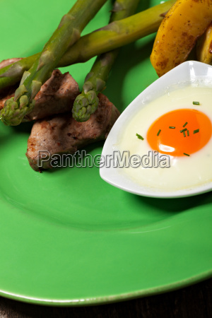 green asparagus with fried egg