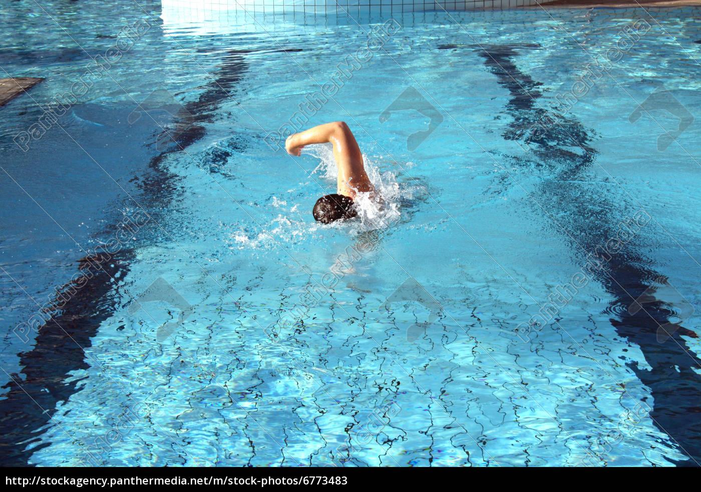 Простые фото мужчин в бассейне, Правда или фейк? Мужчины голые, женщины в купальниках 16 фотография