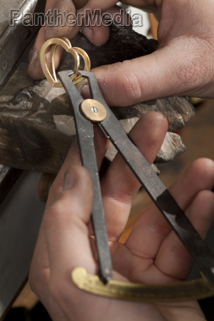 goldsmith that realizes a jewel