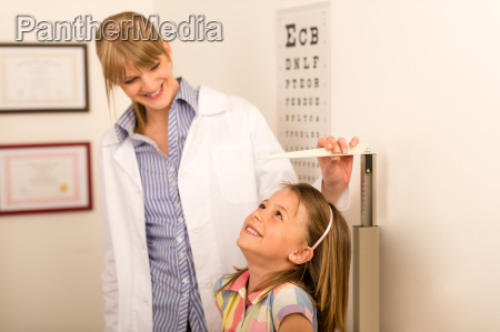 pediatrician measure height of little girl