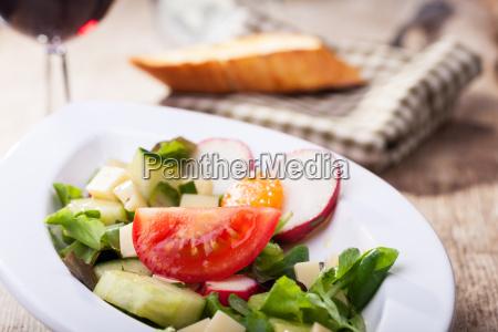 salat mit kaesewuerfeln und wein