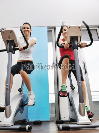 womanworkout in fitness club on