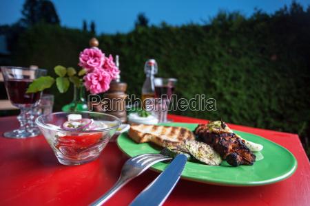 gegrilltes huehnerfleisch auf einem gruenen teller