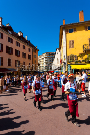 waiters race run old town annecy