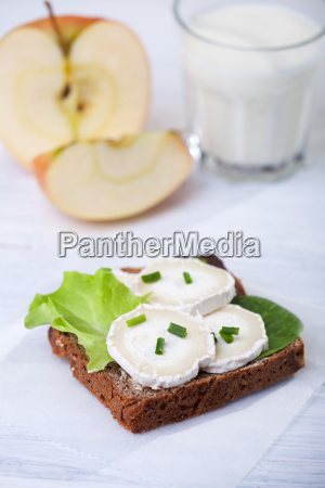 bread with goat cheese and apple