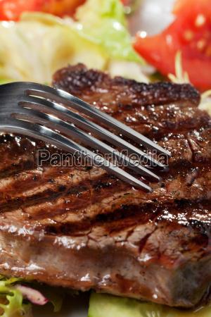 gabel auf einem steak vom grill