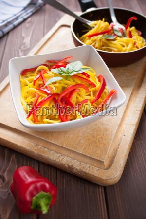 spaghetti con zafferano e peperone