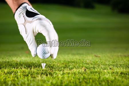 mano que sostiene la pelota de
