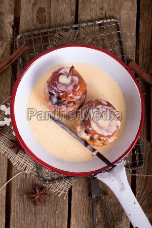 roast apples in enamel pan