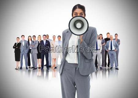 forretningskvinde med megafon staende foran andre