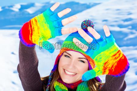 glueckliches laechelndes maedchenportrait winterspass im freien