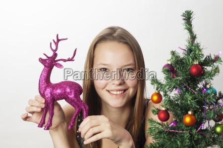 junge frau und dekoration fuer weihnachten
