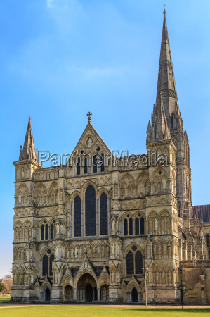 salisbury cathedral front view and park