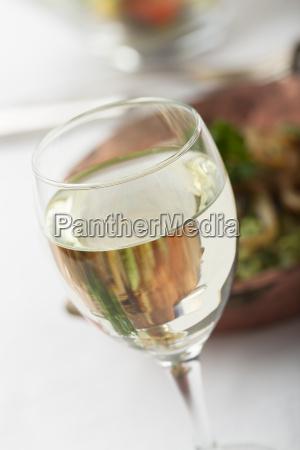 weisswein und spinat spaetzle mit salat