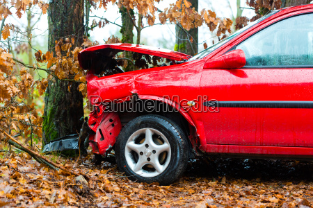accident car crashed into tree
