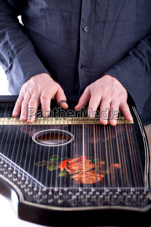 play the zither instrument