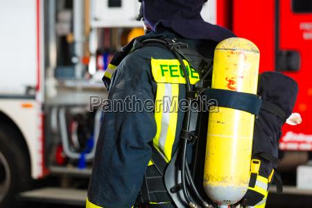 vigile del fuoco in uniforme si
