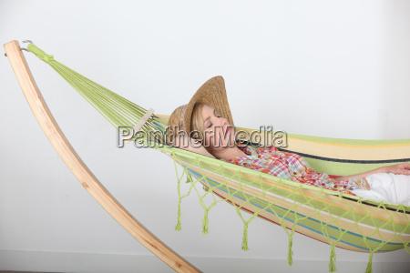kvinde der ligger afslappende i haengekoje