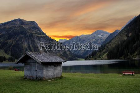 wieczorna atmosfera w gorskim jeziorze