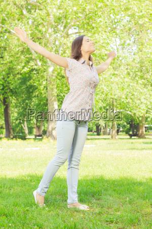 szczescie mloda kobieta przyjemnosc w naturze