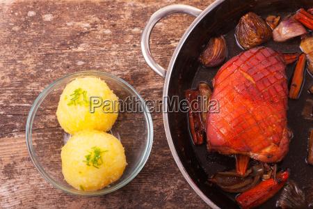 schweinebraten und kartoffelknoedel