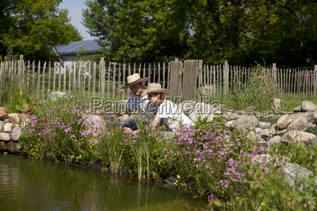 couple with straw on gartenteich