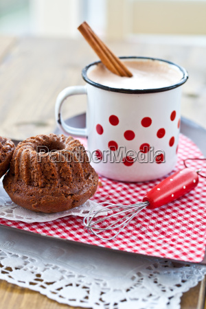 hot cocoa with small chocolate cake